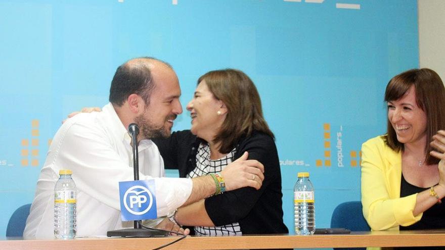 Luis Gandía, del PP de Vinaròs, con Isabel Bonig.