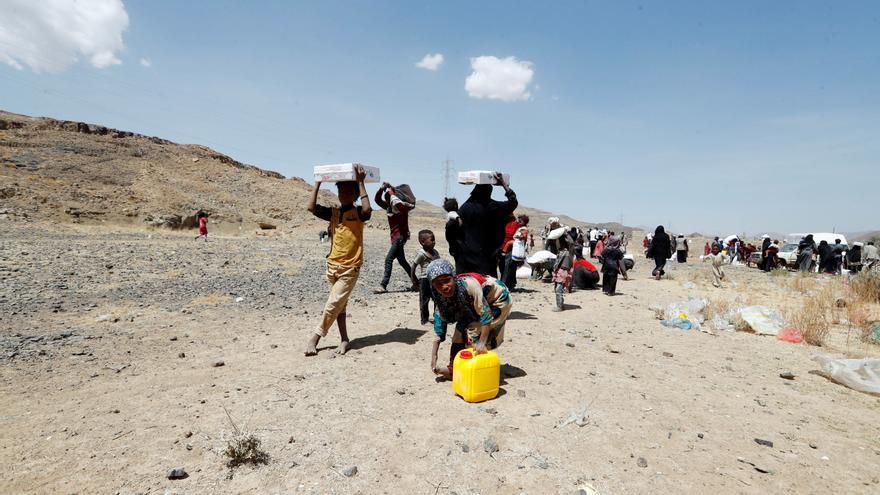 Yemeníes desplazados llevan sus raciones de alimentos en Sana'a, Yemen, el 1 de marzo de 2021. EFE/EPA/YAHYA ARHAB