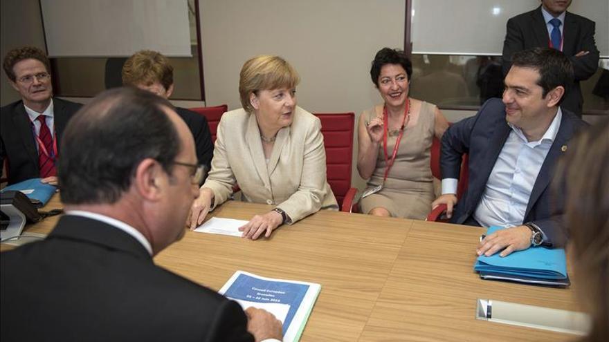 """Merkel pide a Tsipras que acepte la propuesta """"extraordinariamente generosa"""""""
