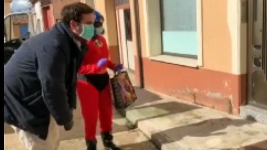 José Ángel Alonso en el vídeo en el que se salta el confinamiento para felicitar a un niño del pueblo del que es alcalde.