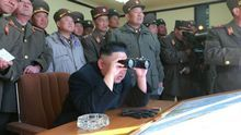 Fotografía sin fechar facilitada por la agencia estatal norcoreana KCNA del líder norcoreano, Kim Jong un junto a varios oficiales del Ejército.
