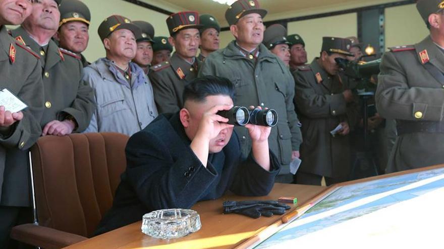 Kim Jong-un supervisa unas maniobras de artillería en diciembre de 2016.