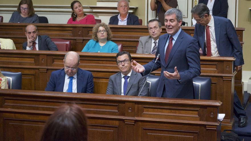 El presidente del Gobierno de Canarias, Fernando Clavijo, durante un pleno del Parlamento.