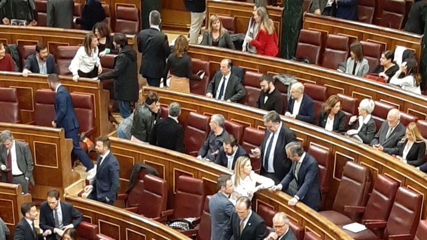 'Madrugones' y discusiones entre diputados para ocupar los escaños del hemiciclo del Congreso en su sesión constitutiva