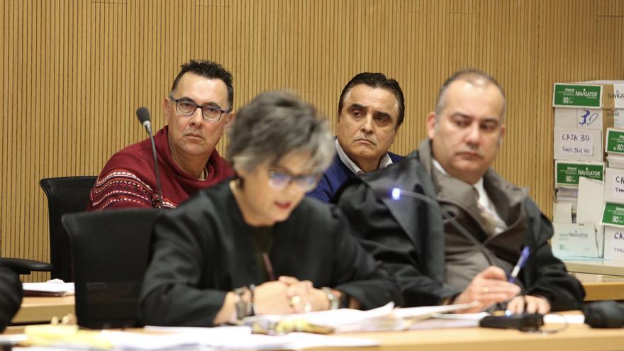 Esteban Cabrera, a la izquierda en la fila posterior, y su abogado, Juan Sánchez Limiñana, en la fila anterior. (ALEJANDRO RAMOS)