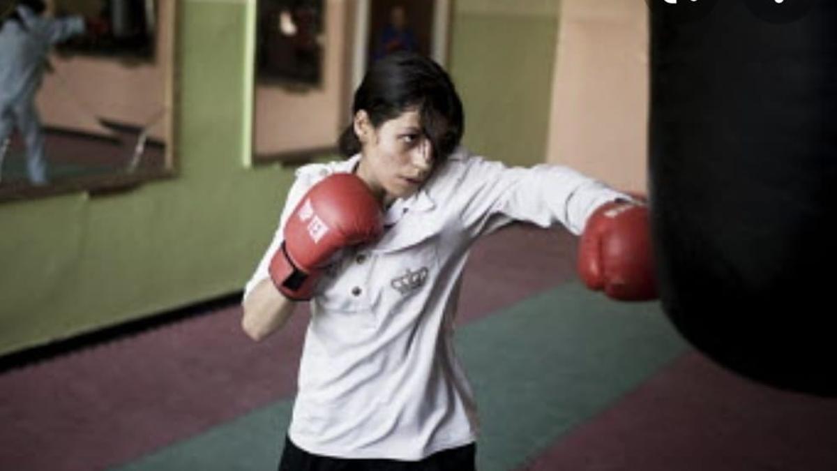 Shabnam Rahimi, refugiada y boxeadora afgana, entrenando.