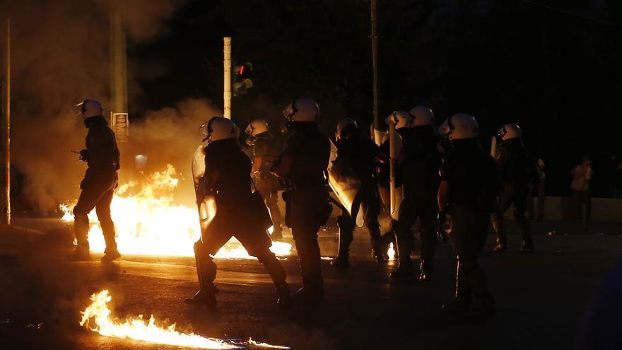 Disturbios cerca del Parlamento griego durante el debate por las medidas pactadas con Bruselas / Miguel Morenatti (AP Photo)