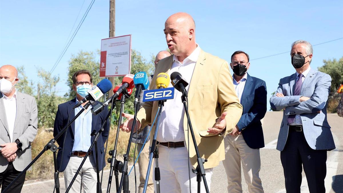 El presidente de la Diputación de Córdoba, Antonio Ruiz, informa sobre la mejora de la CO-6213.