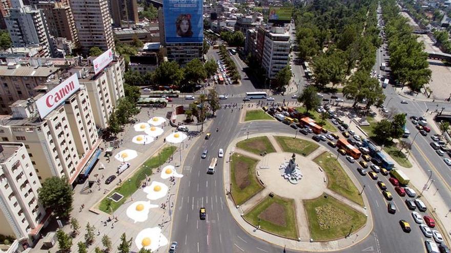 Robots y huevos fritos gigantes invaden artísticamente a Santiago de Chile