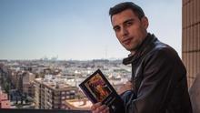 Alex Garzó, autor de 'Lo que se espera de mí', posa junto a su novela