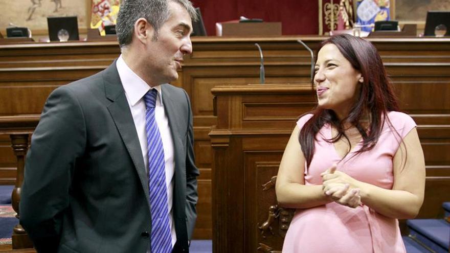 El candidato de CC a la Presidencia del Gobierno, Fernando Clavijo, conversa con la diputada Patricia Hernández, antes de comenzar el pleno parlamentario de la investidyra. (EFE/Cristóbal García)