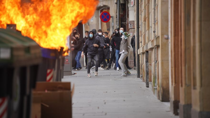 Un contenedor arde durante los altercados producidos en una manifestación contra el encarcelamiento de Pablo Hasél en el sexto día de protestas, en la Plaza de Arriaga, Bilbao
