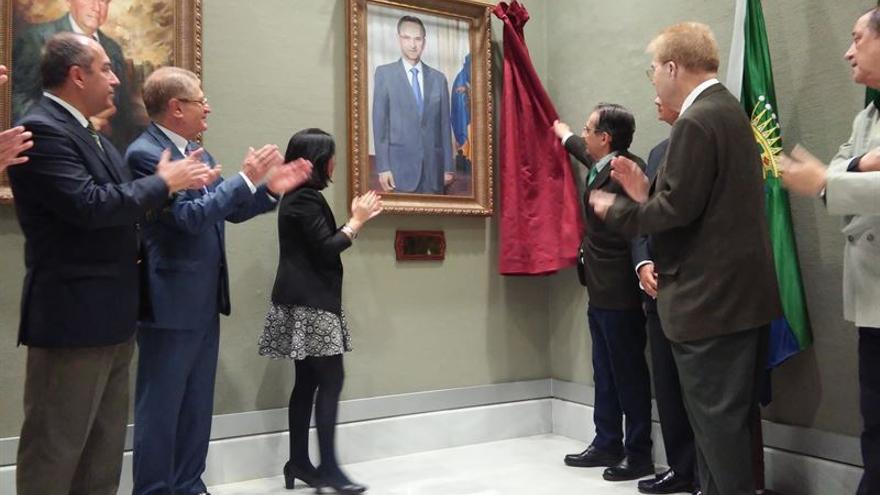 El descubrimiento del retrato de Antonio Castro, presidente del Parlamento de Canarias durante la VII y VIII Legislatura, ha tenido lugar este jueves. Foto: Europa Press.