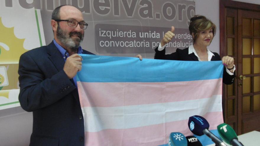 El portavoz de IU Huelva y la presidenta de ATA, presentando la moción
