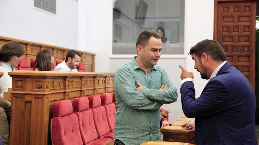 El presidente del Grupo Parlamentario del PSOE, Rafael Esteban (dcha.) habla con David Llorente (Podemos)