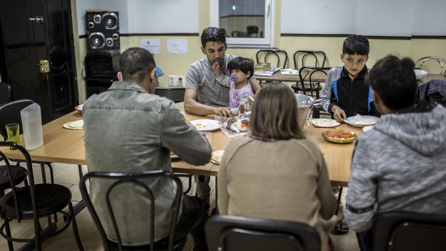 Mohamed comiendo con sus hijos en la Parroquia San Carlos Borromeo.