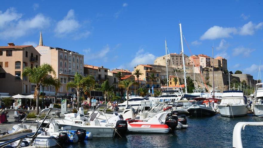 La ciudadela genovesa guarda el puerto de Calvi, uno de los más antiguos de Córcega. Paul Arps
