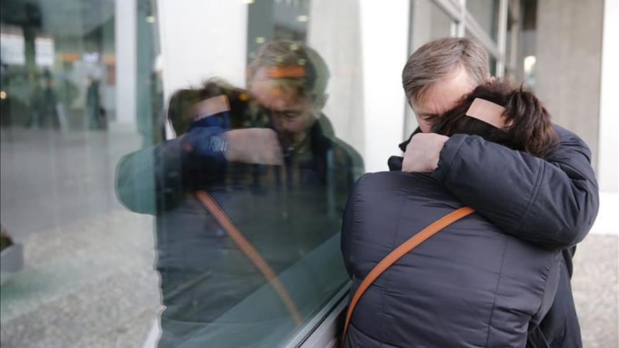 Familiares de los pasajeros del avión del airbus A321 de la aerolínea MetroJet esperan informaciones en el aeropuerto internacional Pulkovo II en San Petesburgo, Rusia. / Efe