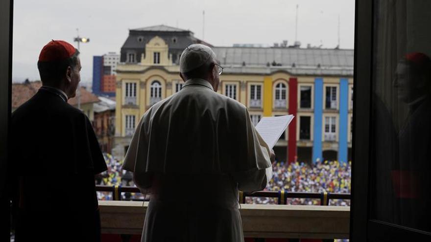 Lluvia, rezos y nervios, miles de feligreses esperan al papa en Villavicencio