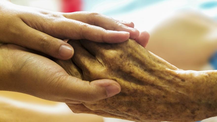 Imagen de archivo de dos personas dándose la mano.