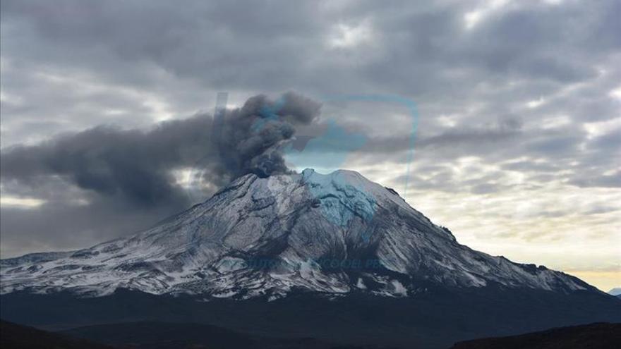 Volcán Ubinas, en el sur de Perú, mantiene su proceso eruptivo