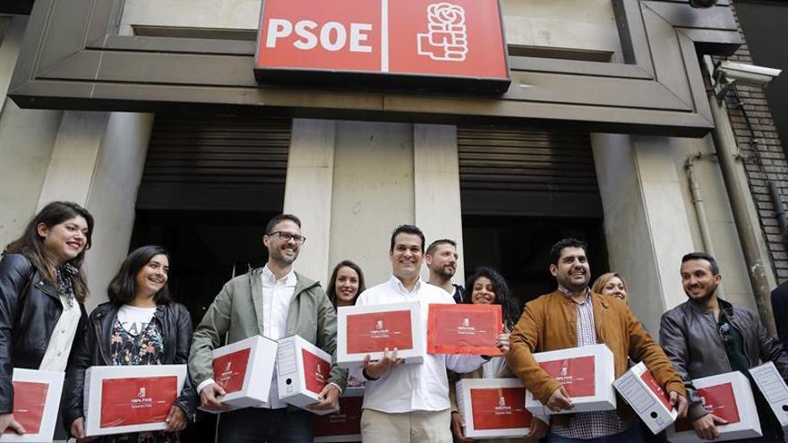Susana Díaz entrega 62.582 avales y supera en 21.000 los de Sánchez en 2014