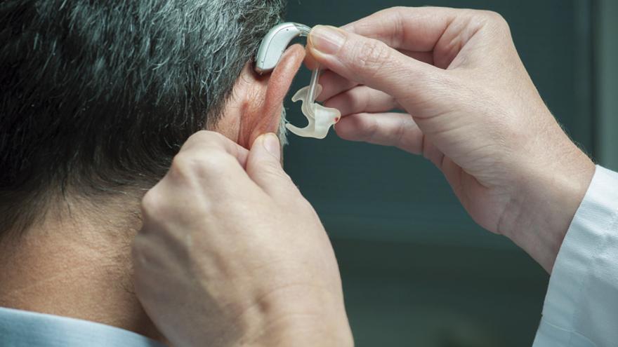 Momento de la inserción de un audífono. FOTO: ALEXANDER RATHS