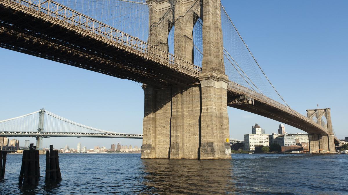 El Puente de Brooklyn cruza sobre el East River. Al fondo puede verse Clock Tower.