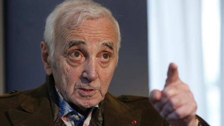 Aznavour lanza un nuevo disco con canciones inéditas a sus casi 91 años