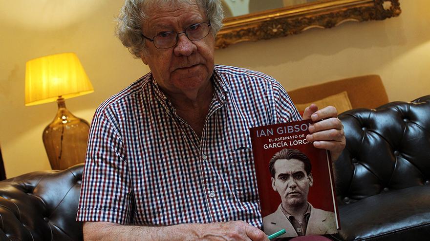 El hispanista Ian Gibson con su libro 'El asesinato de García Lorca'. | JUAN MIGUEL BAQUERO