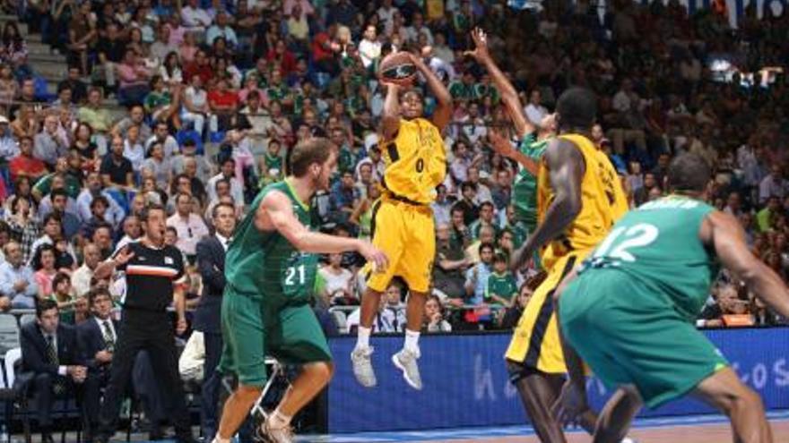 Haynes lanza de tres, en el partido ante Unicaja. (cbgrancanaria.net)