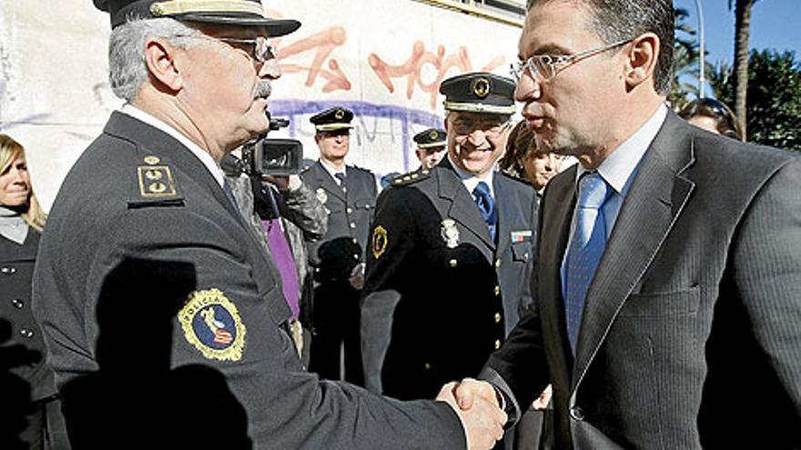 Un policía autonómico con el Conseller de Gobernación, Serafín Castellano, en Alicante.