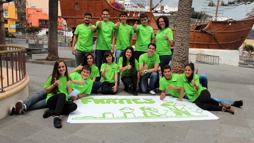 El equipo Fnatic del IES Luis Cobiella posa en La Alameda.