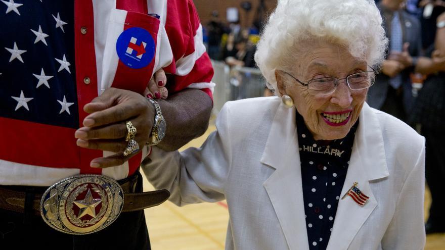 Jerry Emmett, fiel seguidora de Hillary Clinton a sus 102 años, en un acto de campaña de la candidata en marzo pasado.