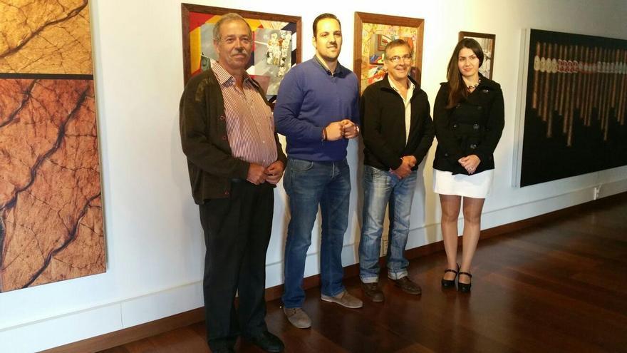 El alcalde de Breña Alta, Jonathan Felipe (segundo por la izquierda), estuvo presente en la inauguración de la exposición 'Indianos La Palma' del pintor e ilustrador Manu Marzán.
