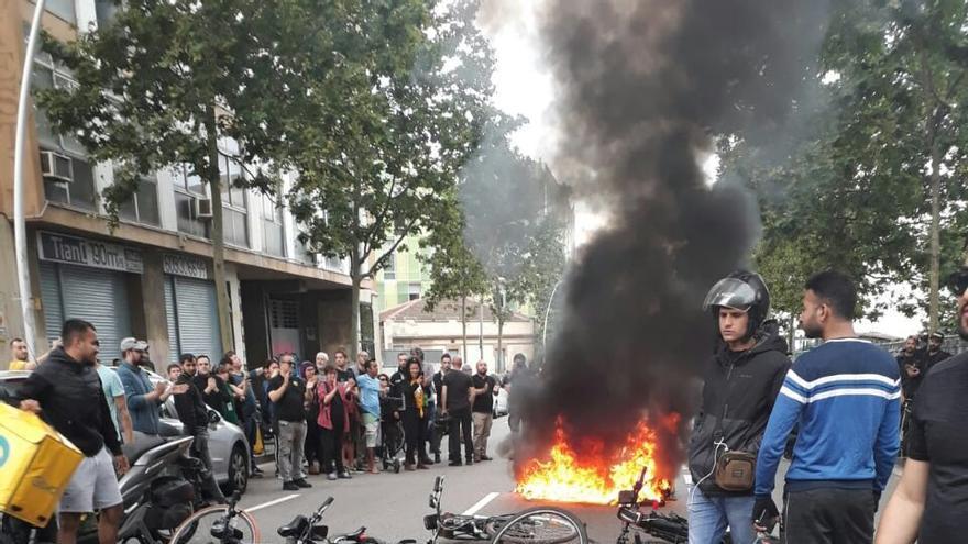 Repartidores de plataformas digitales dejan sus bicicletas en el suelo en la protesta por el fallecimiento de un mensajero.