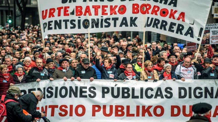 Miles de pensionistas conmemoran en las calles de Bilbao un año de protestas