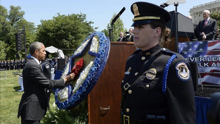 """Obama homenajea a policías fallecidos en servicio y destaca su """"valentía"""""""