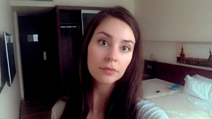 Clara Serrano, en la habitación de hotel donde está confinada