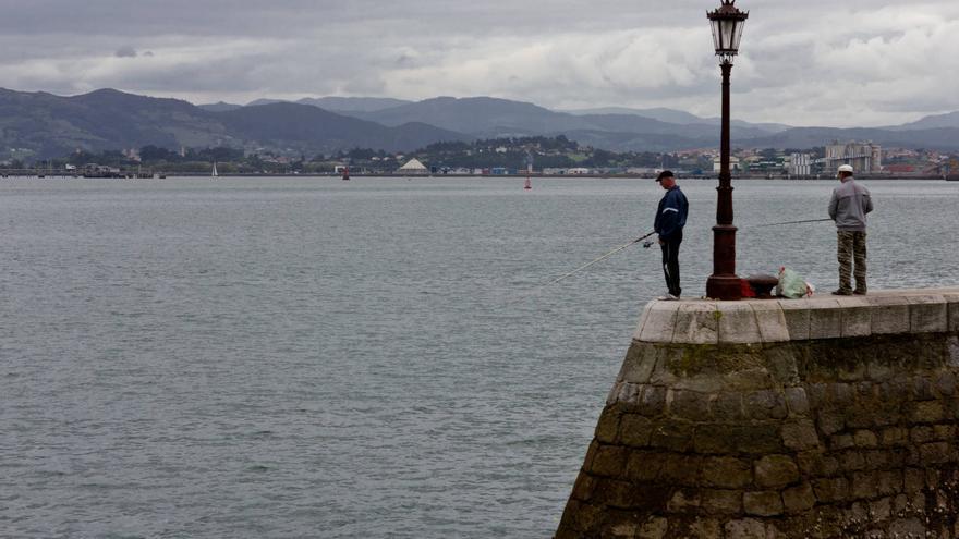 Pescadores en el paseo marítimo de Santander.