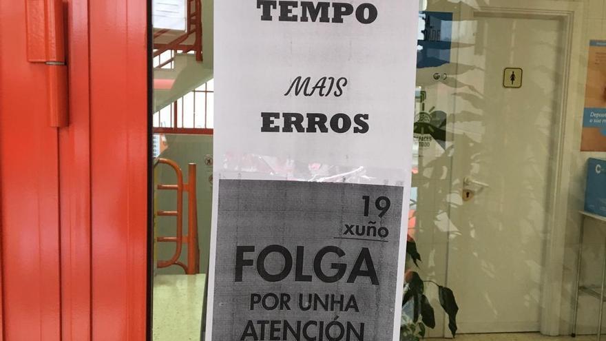 Carteles informando de la huelga en un centro de salud de A Coruña