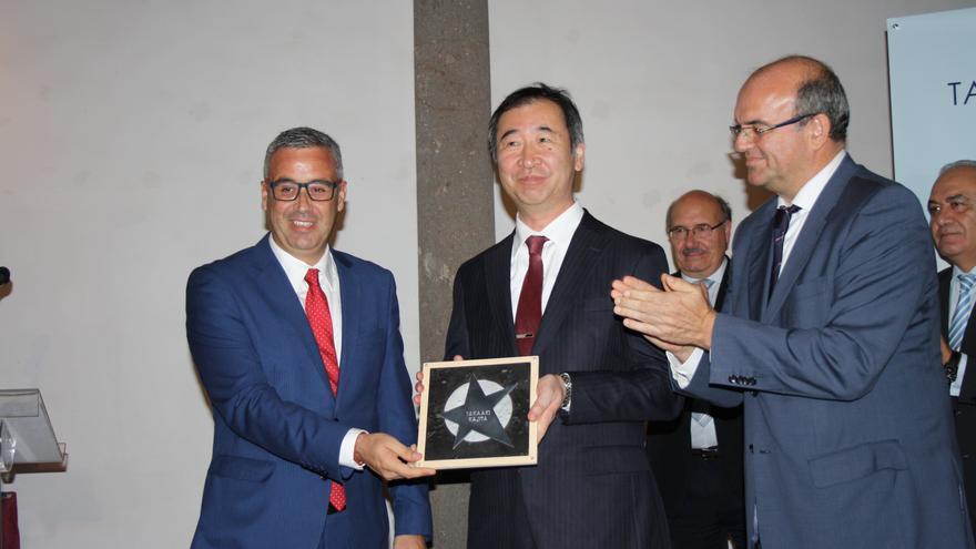 Takaaki Kajita recibió este viernes la tercera estrella del Paseo de la Ciencia de La Palma.