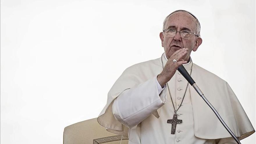 El papa tachó de atentado dejar morir a inmigrantes y muertes en el trabajo