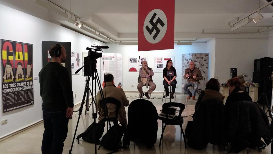 El cartel de Oteiza, en el centro de la sala, por el lado de la esvástica