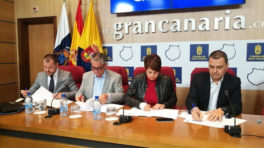 Minerva Alonso durante la firma con los alcaldes de Guía, Gáldar y La Aldea