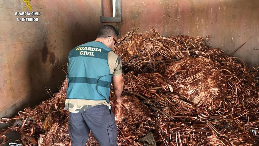 Un agente con parte del cobre recuperado | GUARDIA CIVIL