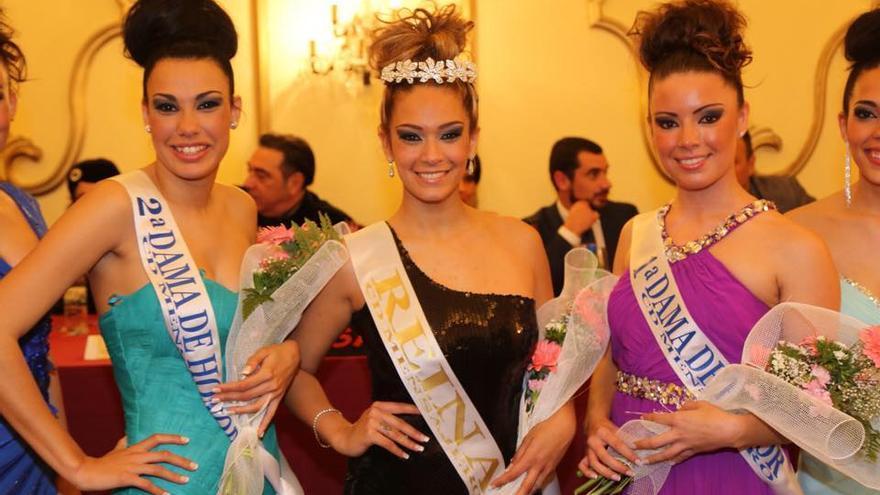 Melanie Berenice, candidata del Mensajero a reina de La Bajada, en el centro, con las dos damas de honor. Foto: NOVAFOTO.