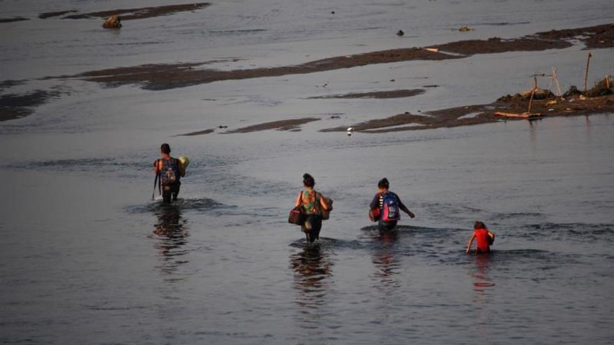Medio centenar de migrantes detenidos en el cruce a EE.UU. por una playa de San Diego