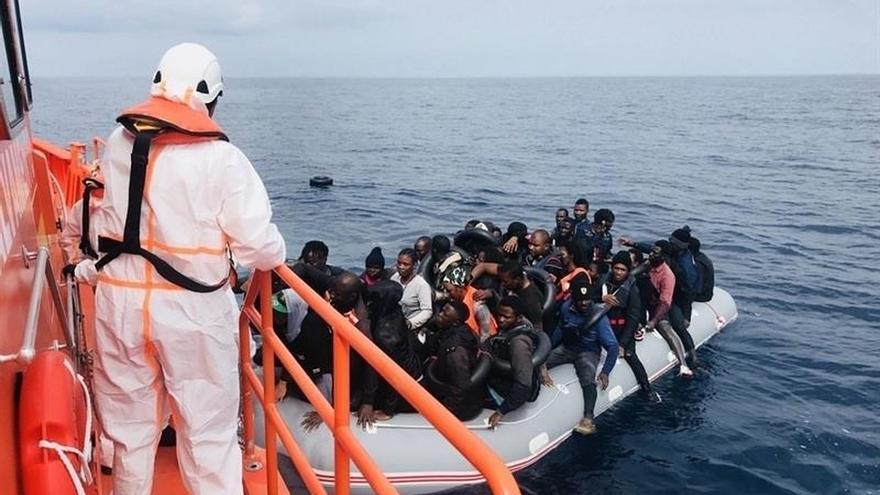 Trasladan a puerto a 54 personas rescatadas de una patera en aguas del mar de Alborán