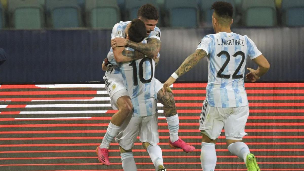 El festejo del primer gol argentino.